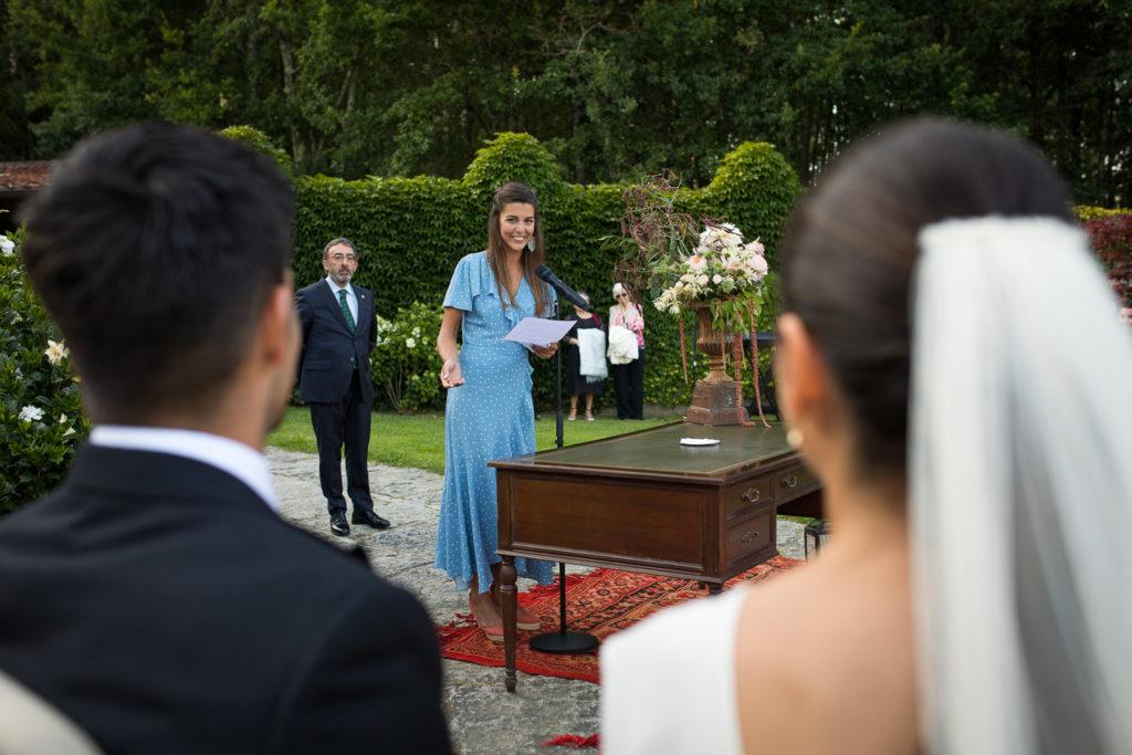 Fotografía de boda amiga de la novia en la ceremonia