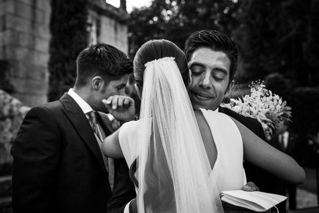 Fotografía de boda novia y novio con hermano emocionados
