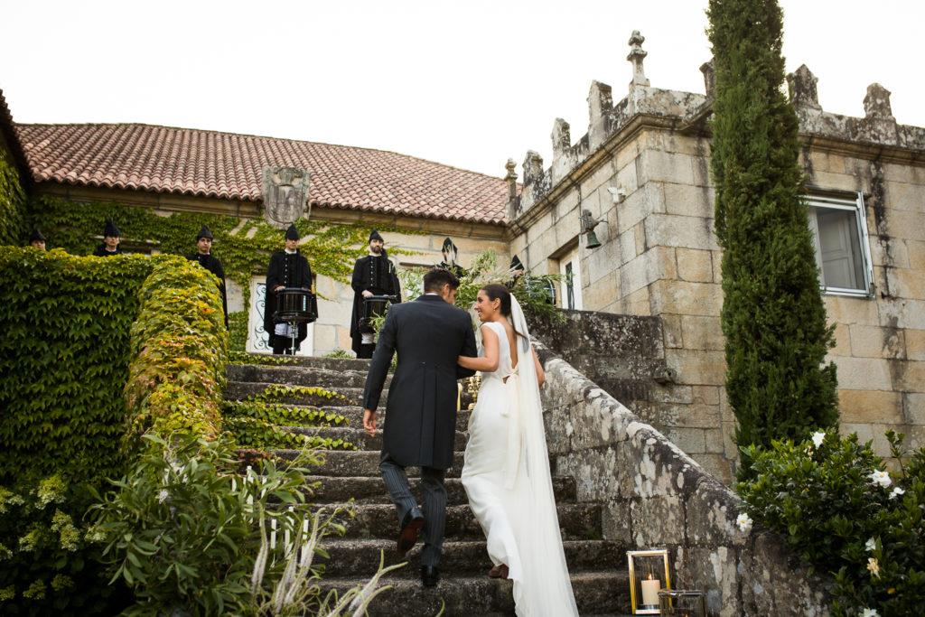 Fotografía de boda novios de espalda subiendo escaleras