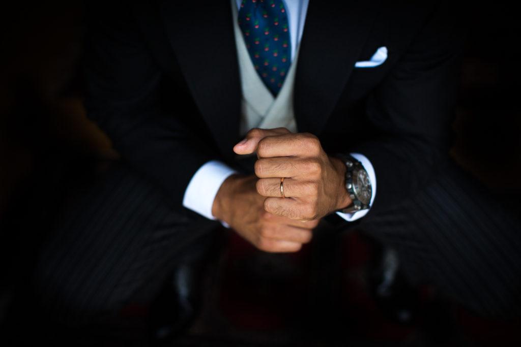 Fotografía de boda anillo en la mano del novio