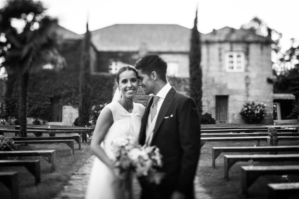 Fotografia de boda en exterior con pareja de novios