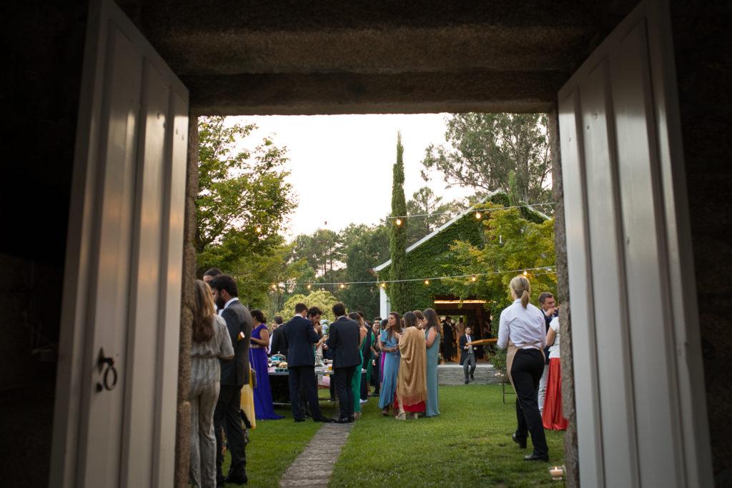 Fotografía de boda invitados en aperitivo