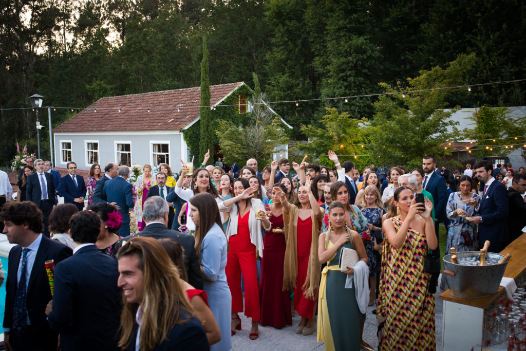 Fotografía de boda invitados en el aperitivo