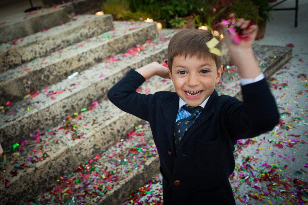 Fotografía de boda niño con confeti