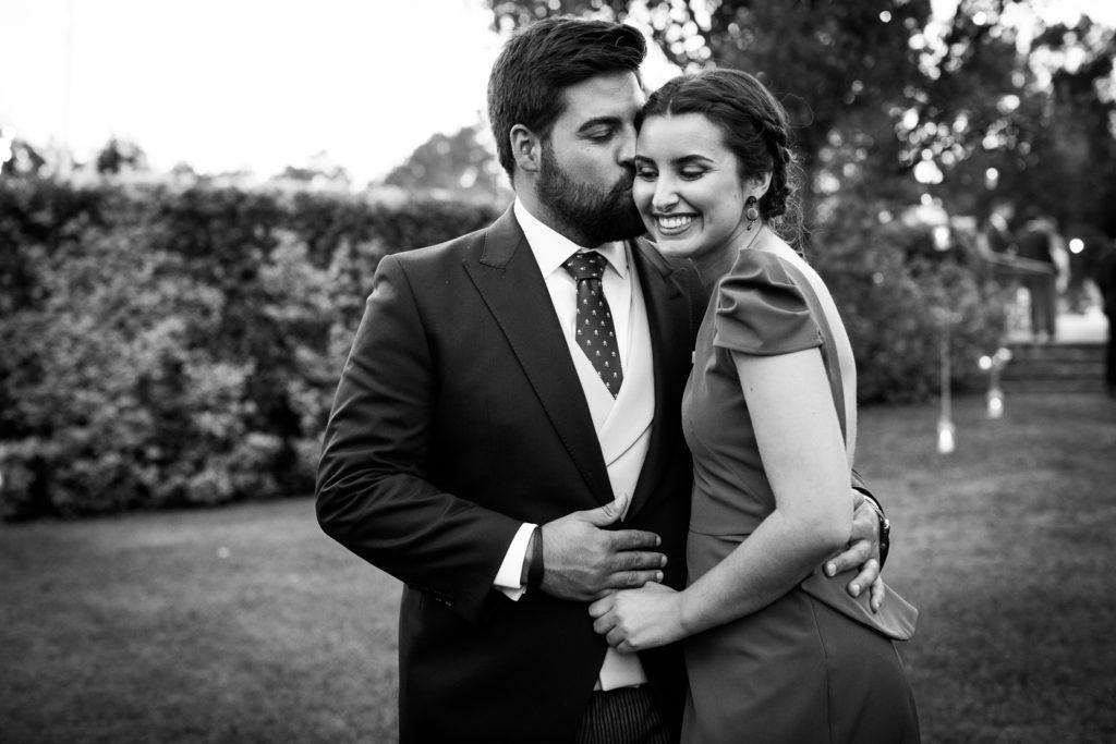 Fotografía de boda invitados besandose