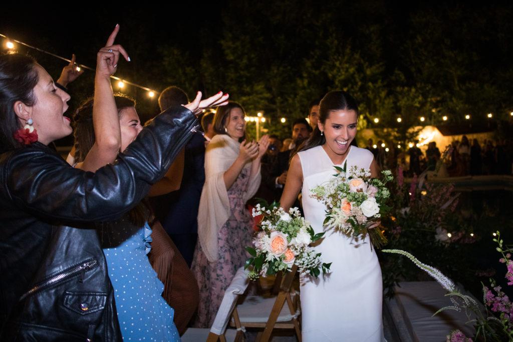 Fotografía de boda novia con ramos para las madres