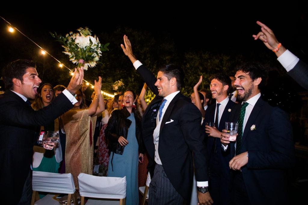 Fotografía de boda novio entregando ramo