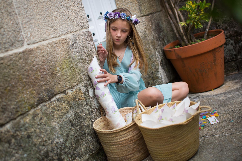Fotografia de boda niña preparando cesta con pétalos