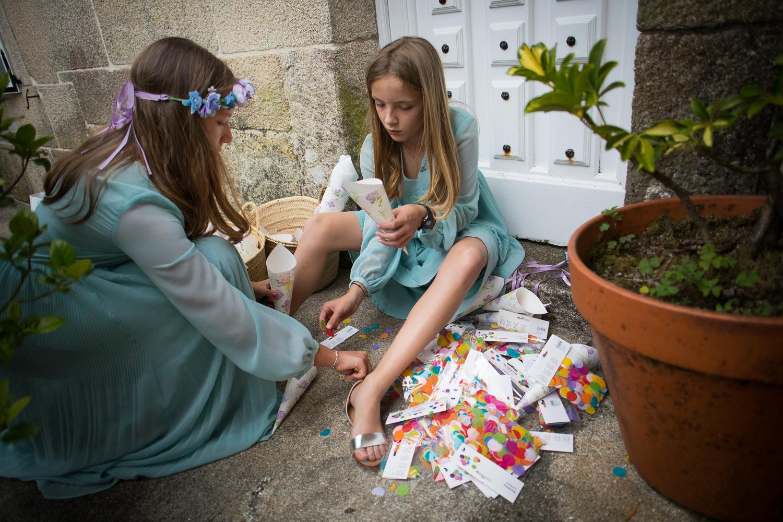 Fotografia de boda niñas preparando cesta con confeti
