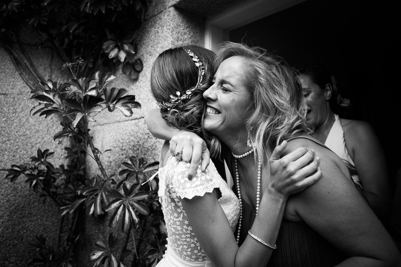 Fotografia de boda novia con hermana en un abrazo