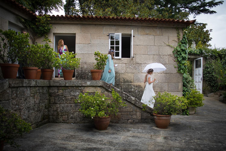 Fotografía de boda novia sale de habitación con hermanas