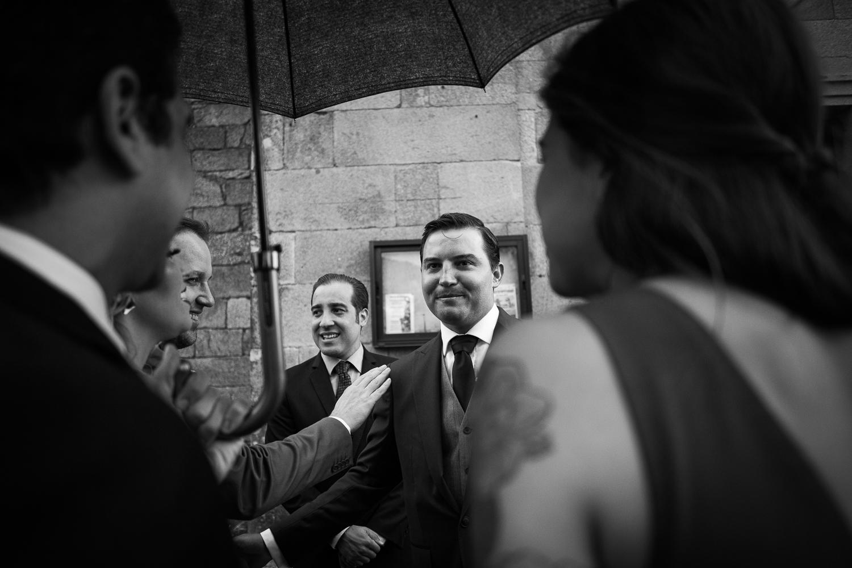Fotografia de boda novio con invitados antes de la ceremonia