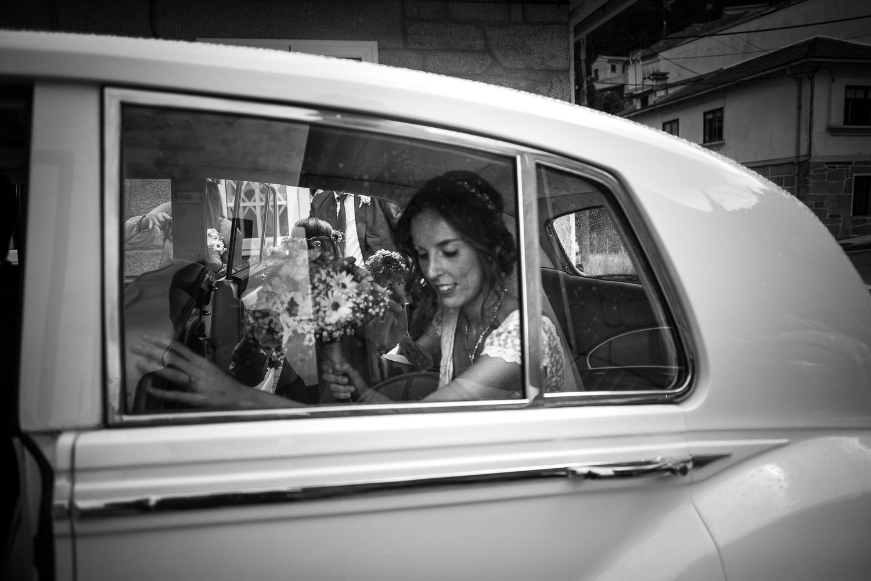 Fotografia de boda novia en el coche