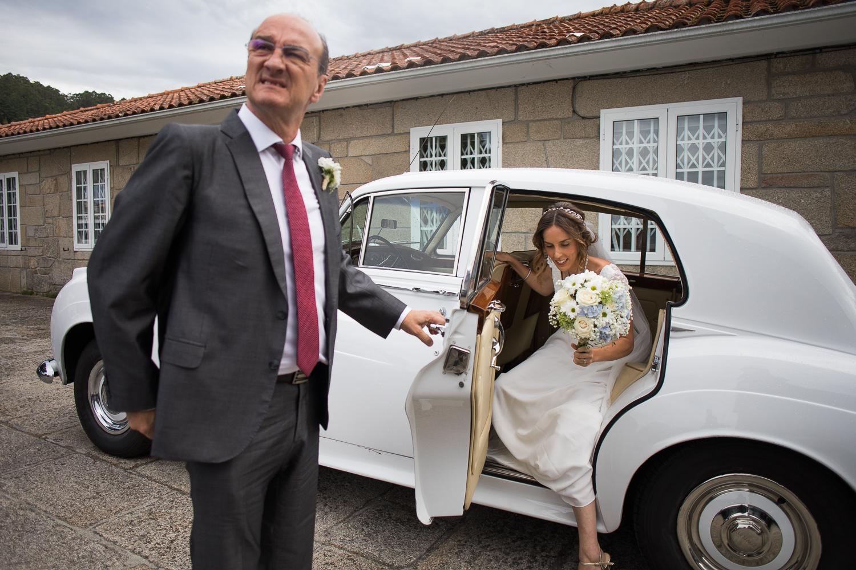 Fotografia de boda llegada de la novia con el padrino