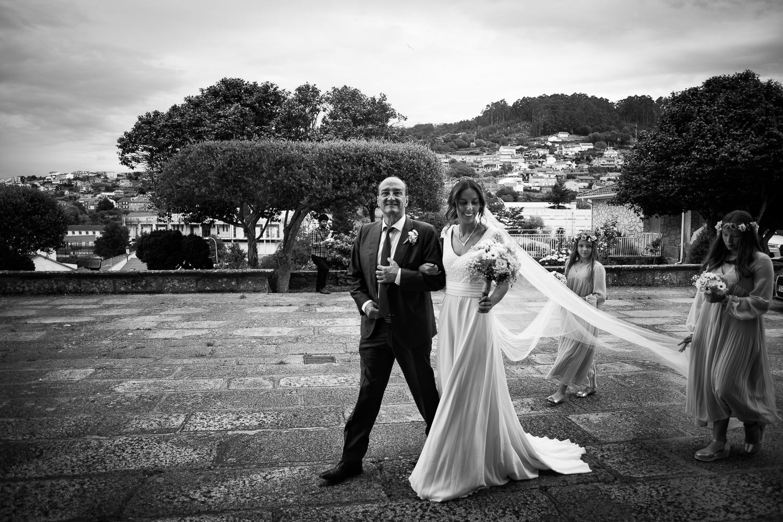 Fotografia de boda novia con padre y damas de honor