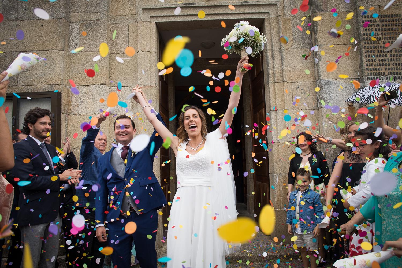 Fotografia de boda novios con confeti