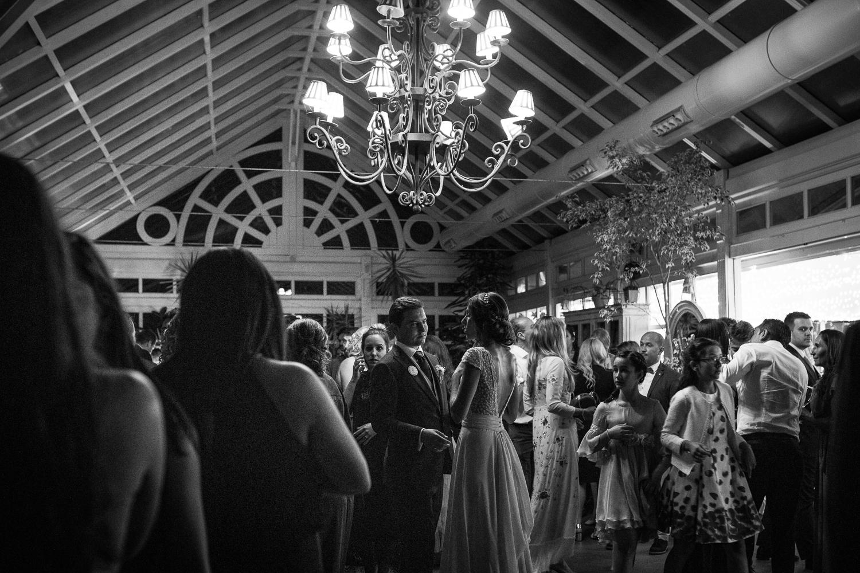 Fotografía de boda pareja de novios con invitados