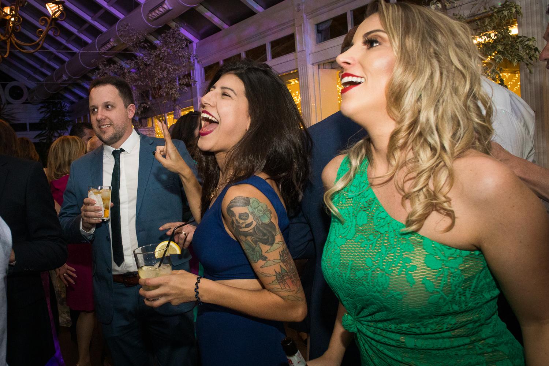 Fotografía de boda invitados en el baile