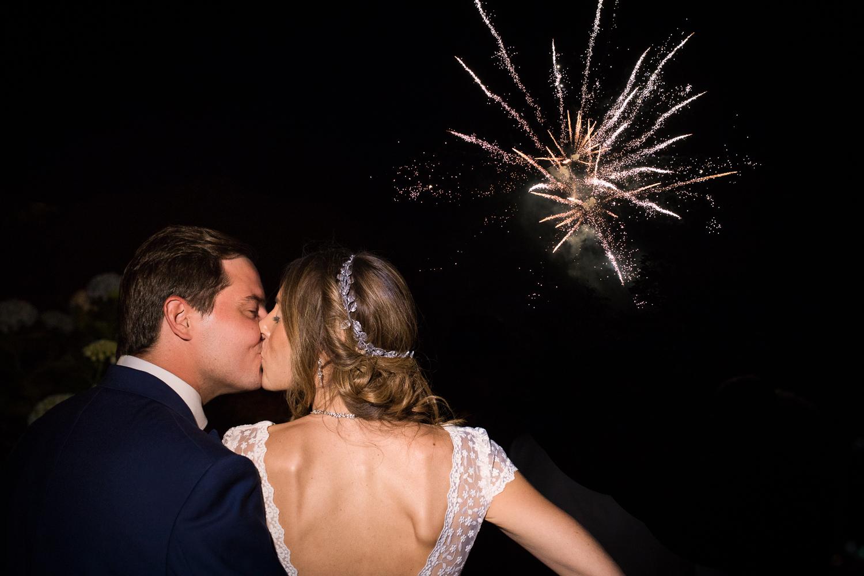 Fotografía de boda novios con fuegos artificiales