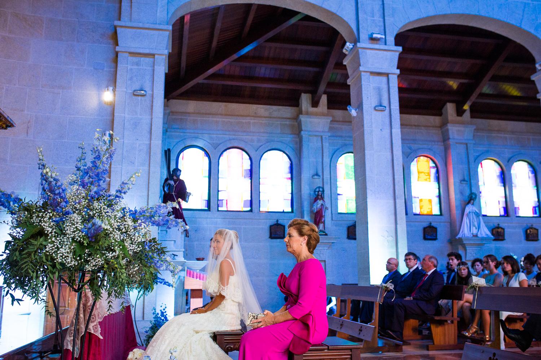 Fotografía de boda novia dentro de la iglesia