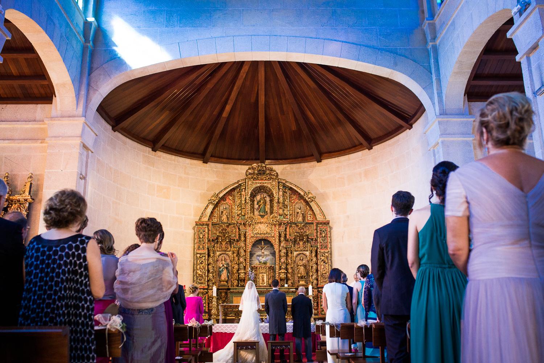Fotografía de boda novios dentro de la iglesia desde atrás