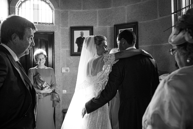 Fotografía de boda novios dentro de la iglesia