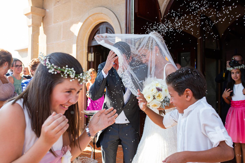 Fotografía de boda novios en la salida de la iglesia