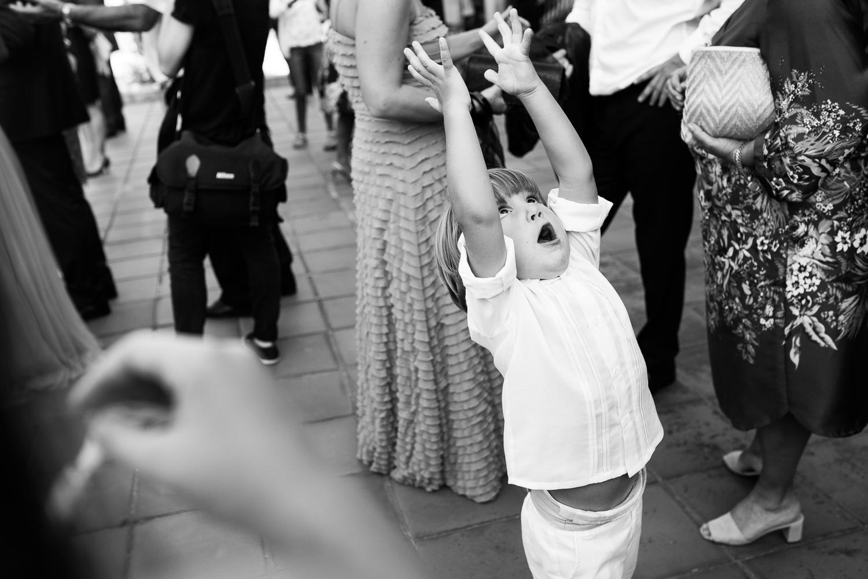 Fotografía de boda niño saltando