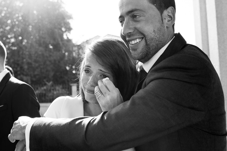 Fotografía de boda novio con invitados
