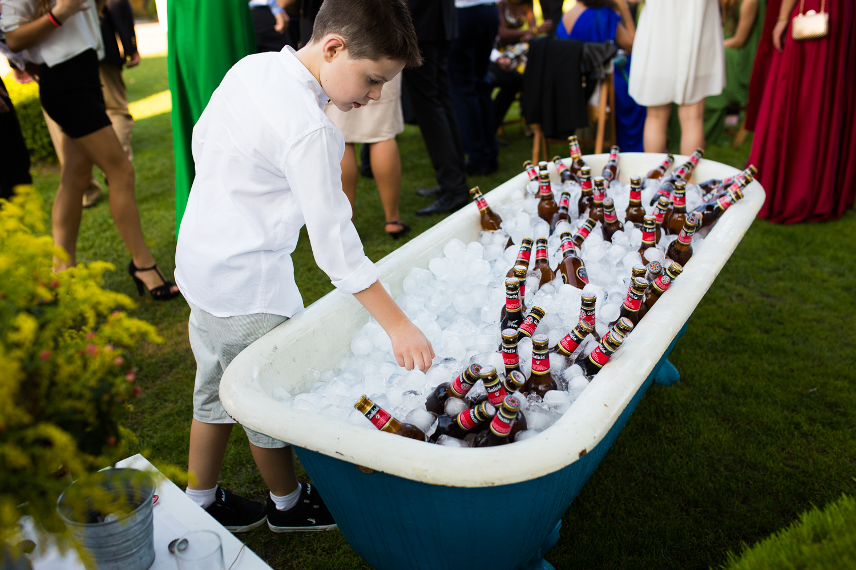Fotografía de boda bañera con cervezas y niño