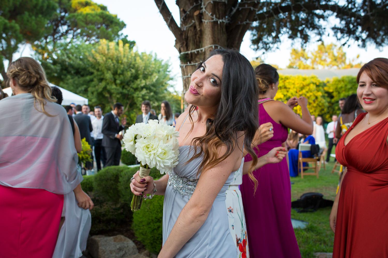 Fotografía de boda invitada con ramo novia