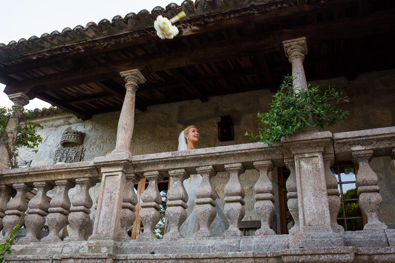 Fotografía de boda novia lanzando su ramo
