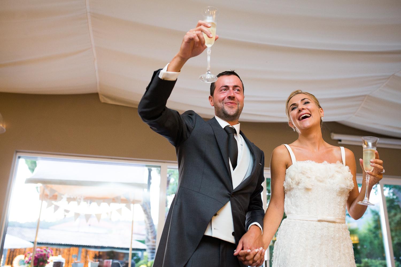 Fotografía de boda pareja de novios con el brindis
