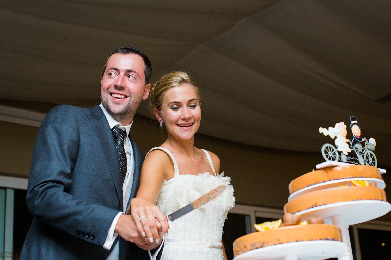 Fotografía de boda pareja de novios cortando la tarta