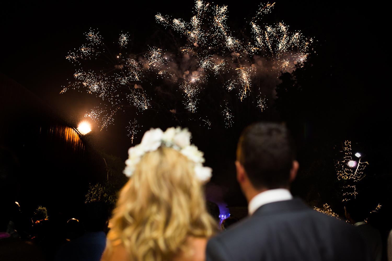 Fotografía de boda pareja de novios con fuegos artificiales