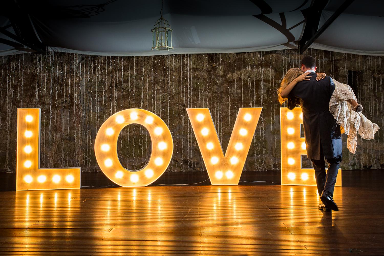 Fotografía de boda pareja de novios en el baile