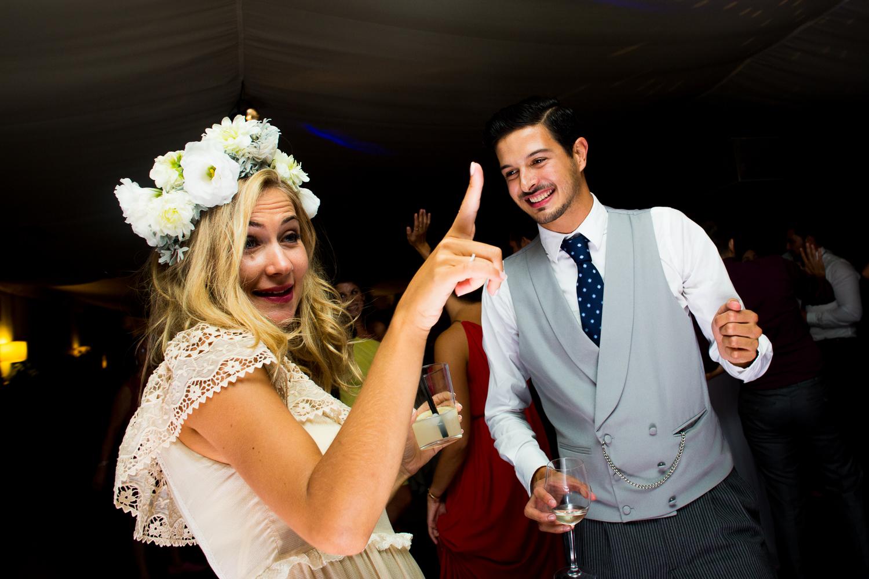 Fotografía de boda novia con invitados en la fiesta
