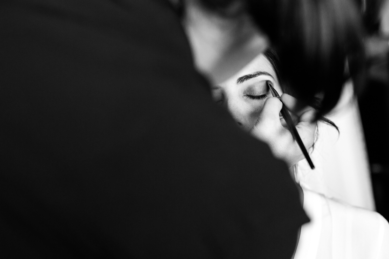 Fotografia de boda novia mientas se maquilla