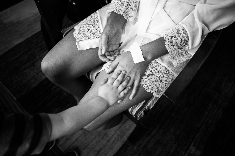 Fotografia de boda detalle de manos de niño y novia