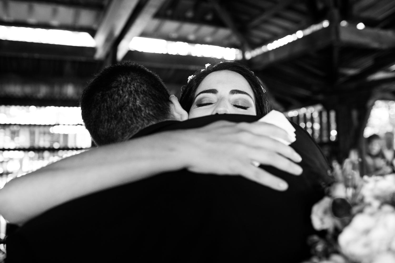 Fotografia de boda novia mientras abraza a un invitado