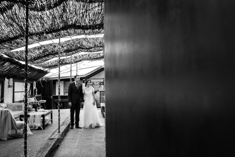 Fotografia de boda pareja de novios entrando en el banquete