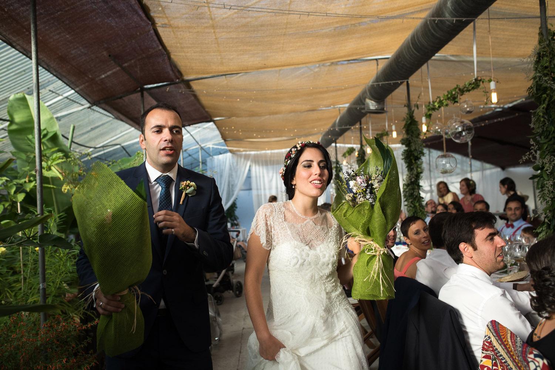 Fotografia de boda pareja de novios en la entrega del ramo