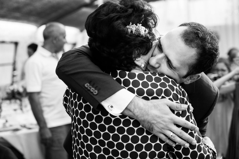 Fotografia de boda novio abrazando a su madre
