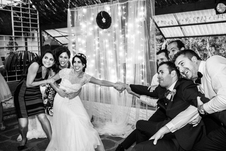 Fotografia de boda pareja de novios con invitados