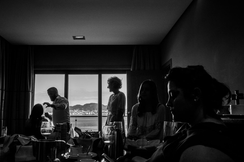 Fotografia de boda novia en los preparativos con sus invitadas