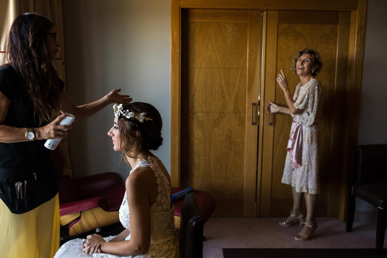 Fotografia de boda novia con madre y peluquera