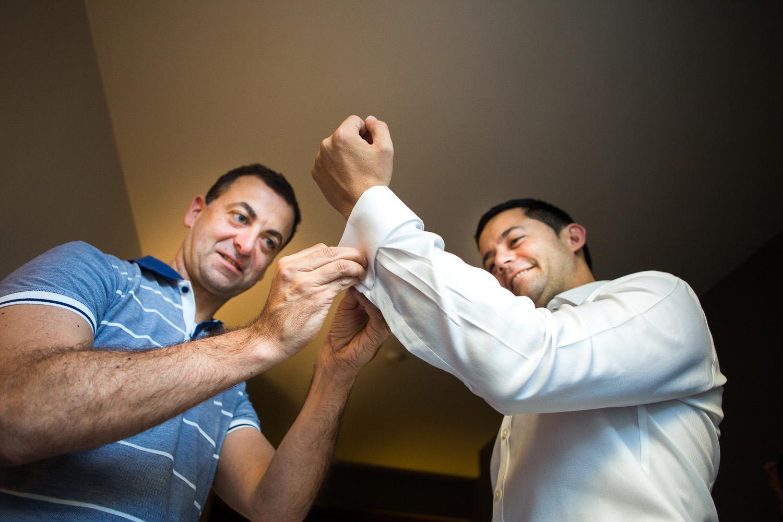 Fotografia de boda novio con hermano en los preparativos