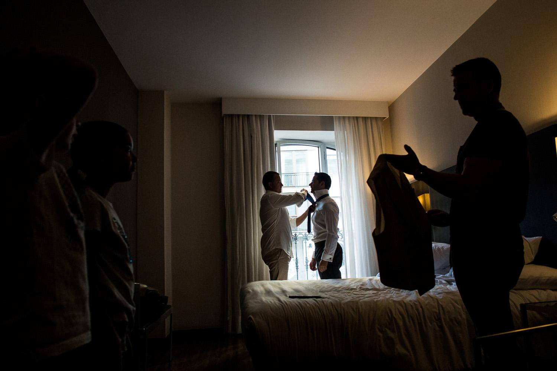 Fotografia de boda novio en los preparativos