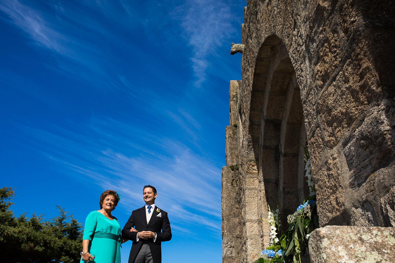 Fotografia de boda novio con su madre en la puerta de la iglesia