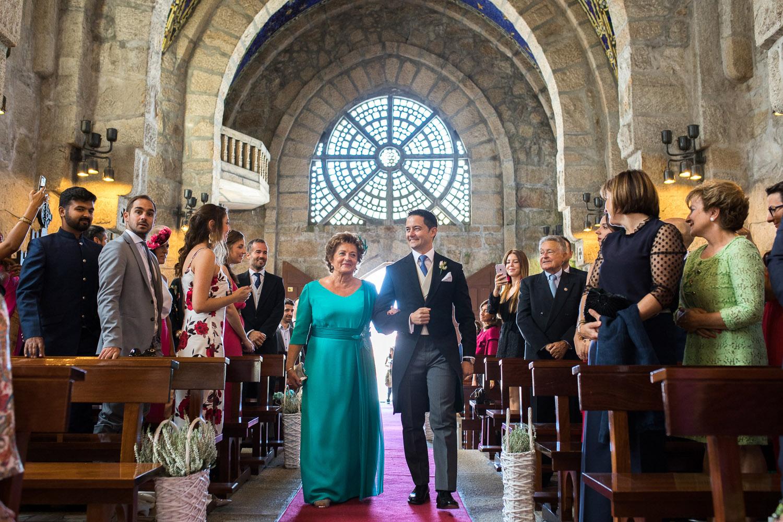 Fotografia de boda novio con la madrina entrando por la iglesia